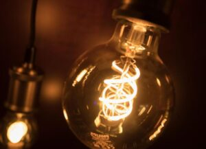 who created the lightbulb